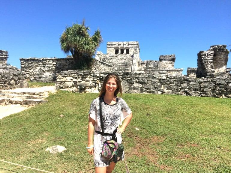 Barbara vor den Maya-Ruinen in Tulum