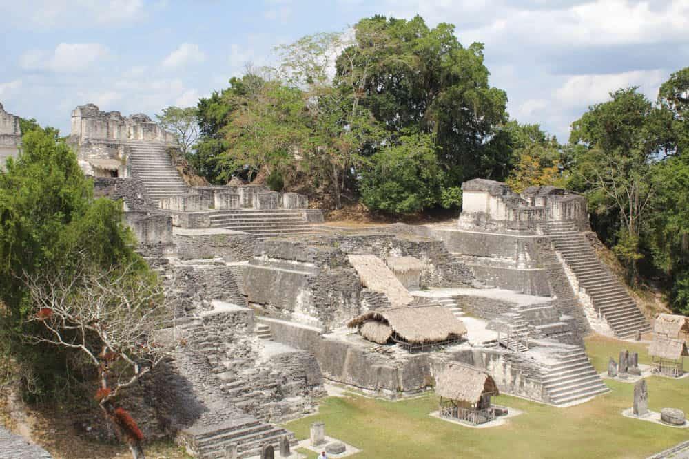 Am Großen Platz von Tikal