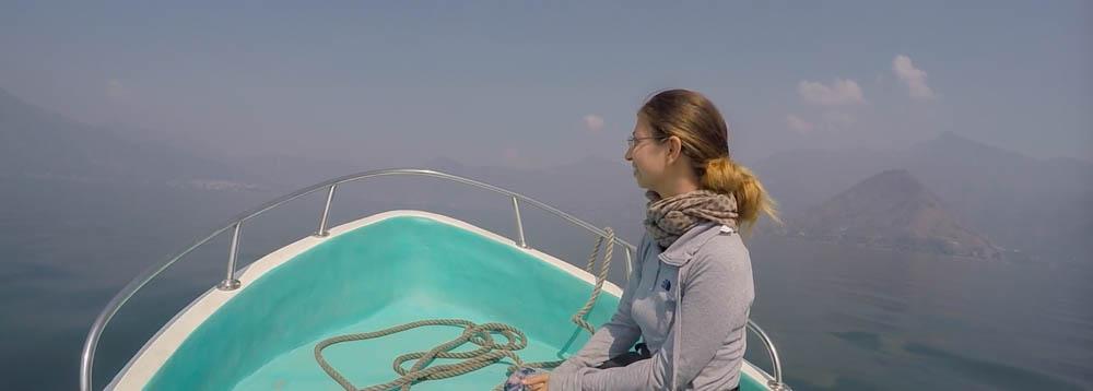 Barbara auf einem Boot im Lago de Atitlan