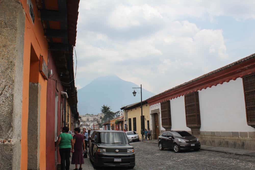 Blick auf einen Vulkan von Antigua Guatemala
