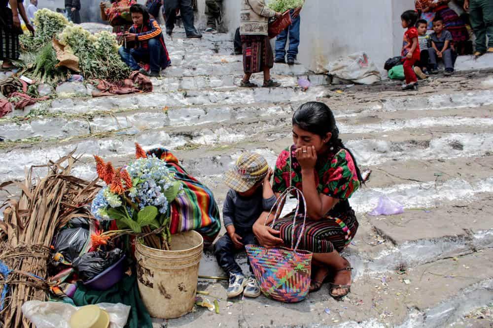 Frau mit Kind auf dem Markt in Chichicastenango