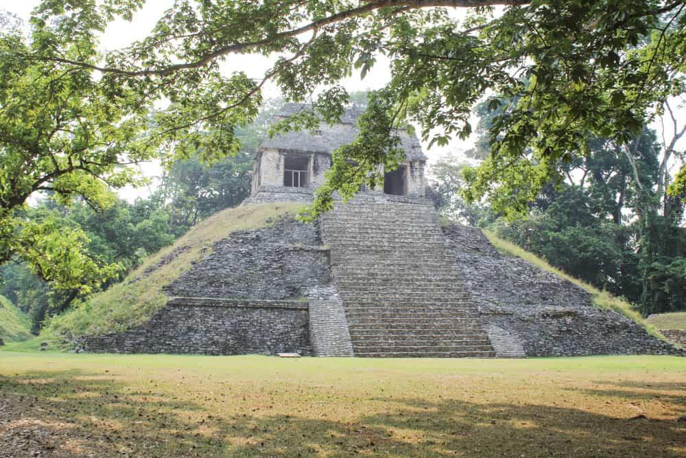Pyramide durch die Bäume