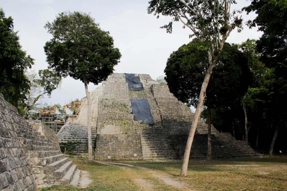 Maya-Ruinen und Pyramiden in Yaxhá