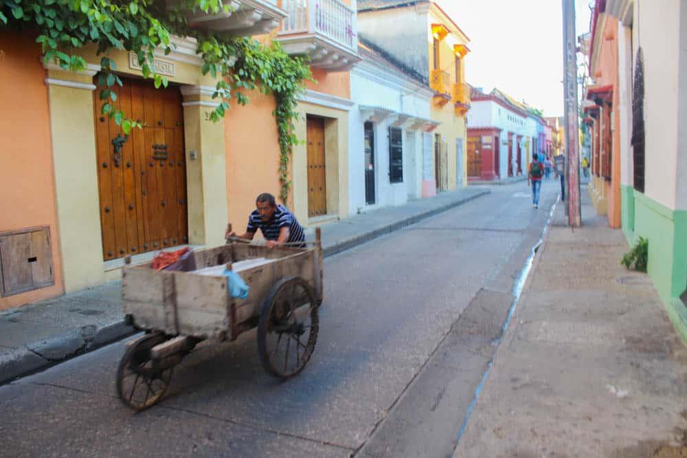 Arbeitender Mann in den Straßen von Cartagena