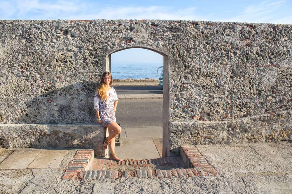 Barbara an einem Torbogen am Meer