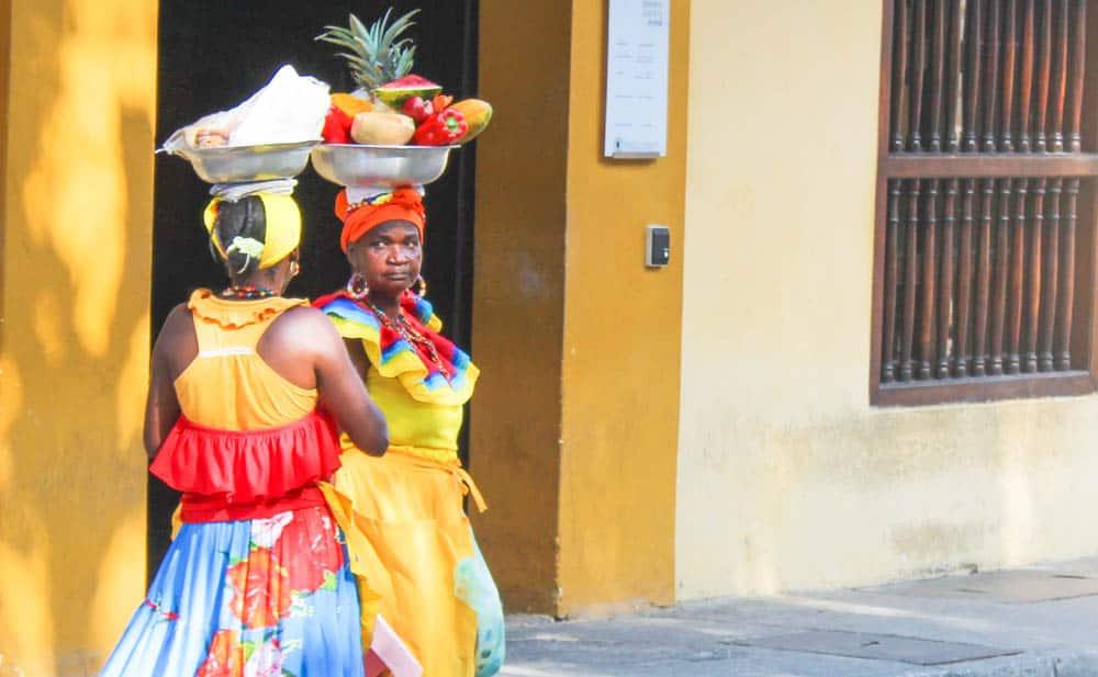 Traditionell gekleidete Obstverkäuferinnen