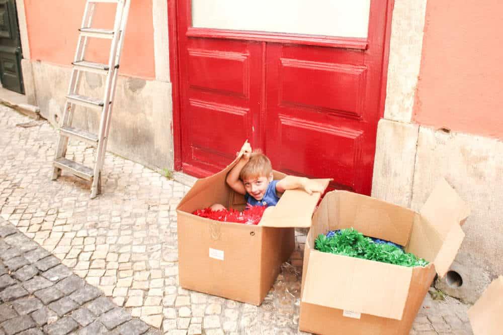 Kleines Kind bei den Festtagsvorbereitungen