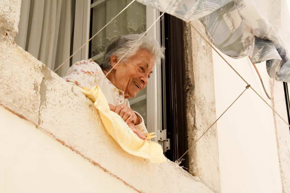 Portugiesin am Fenster singt
