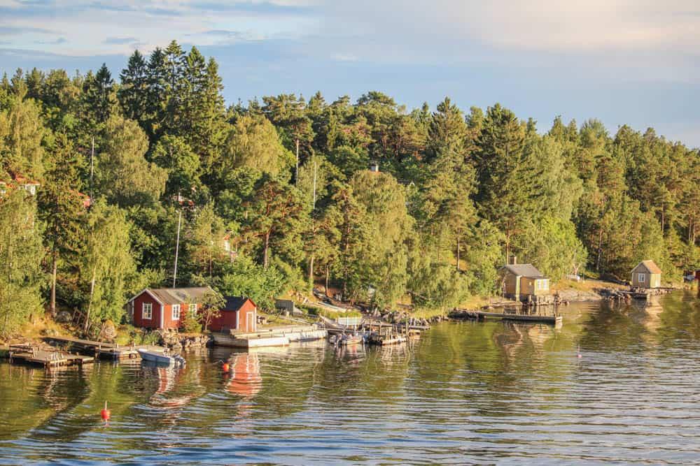 Rote Häuser im Stockholmer Schärengarten
