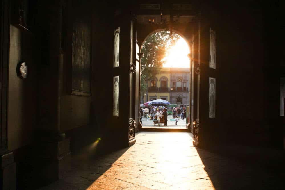 Sonne strahlt durch die Kirchentüren