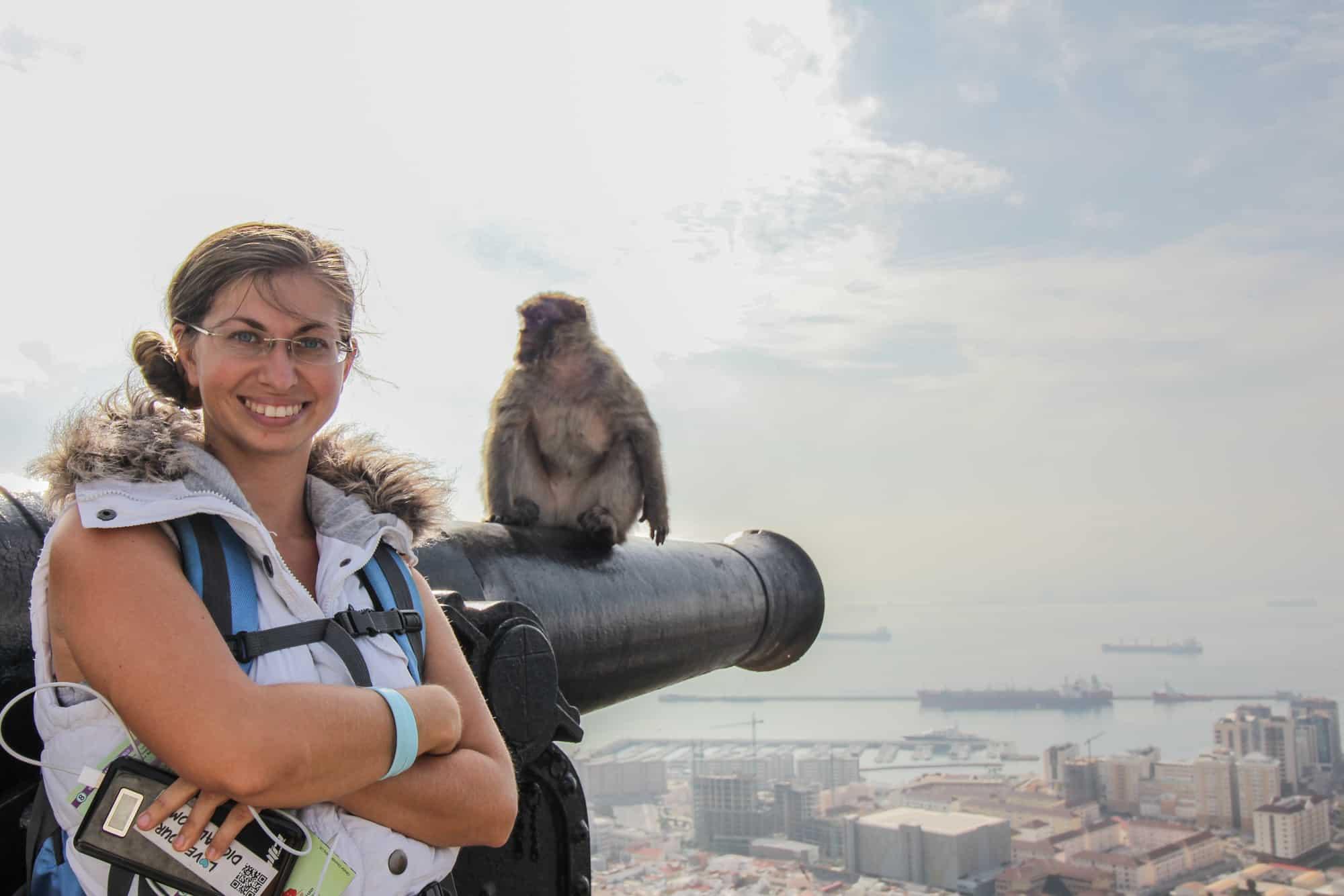 Barbara mit einem Affen in Gibraltar