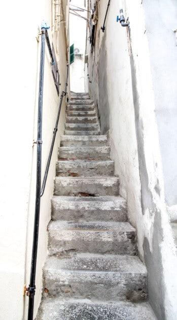 Sehr enge Gasse in Gibraltar 349x630 1