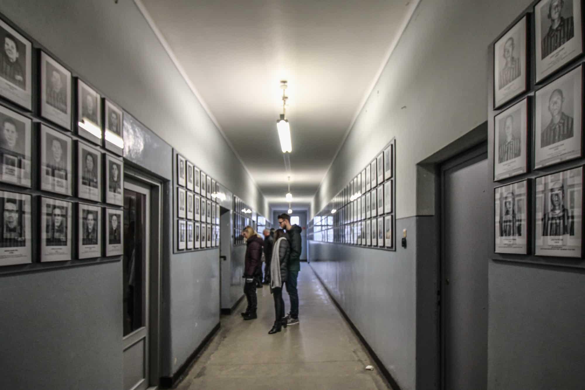 Gang mit Fotos der Deportierten