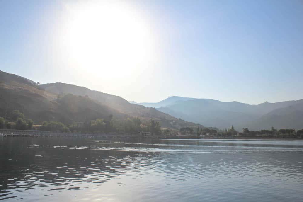 Berge um Hafen Lesbos