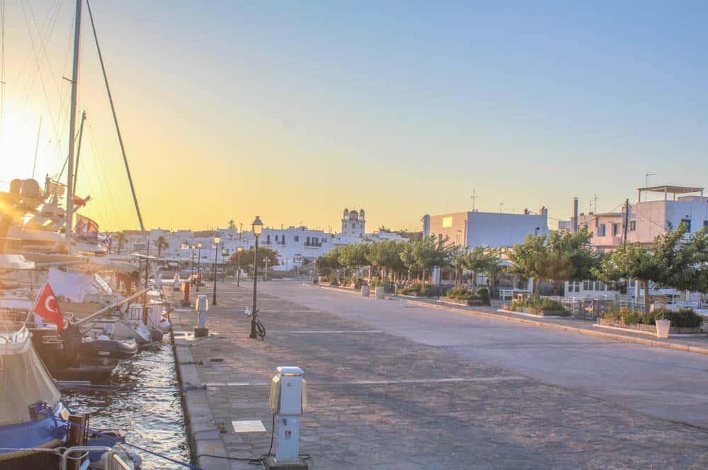 Paros Hafenpromenade im Sonnenaufgang