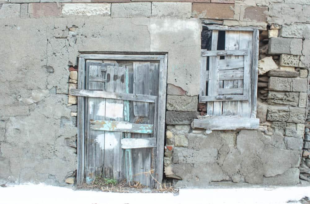 Tür und Fenster mit Brettern verschlossen