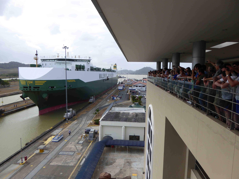 6 Ein großes Containerschiff verschafft sich die Durchfahrt am Panamakanal