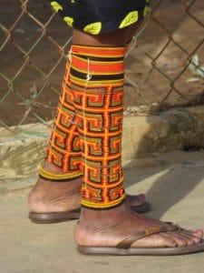7 Typischer Beinschmuck einer Kuna Yala Frau