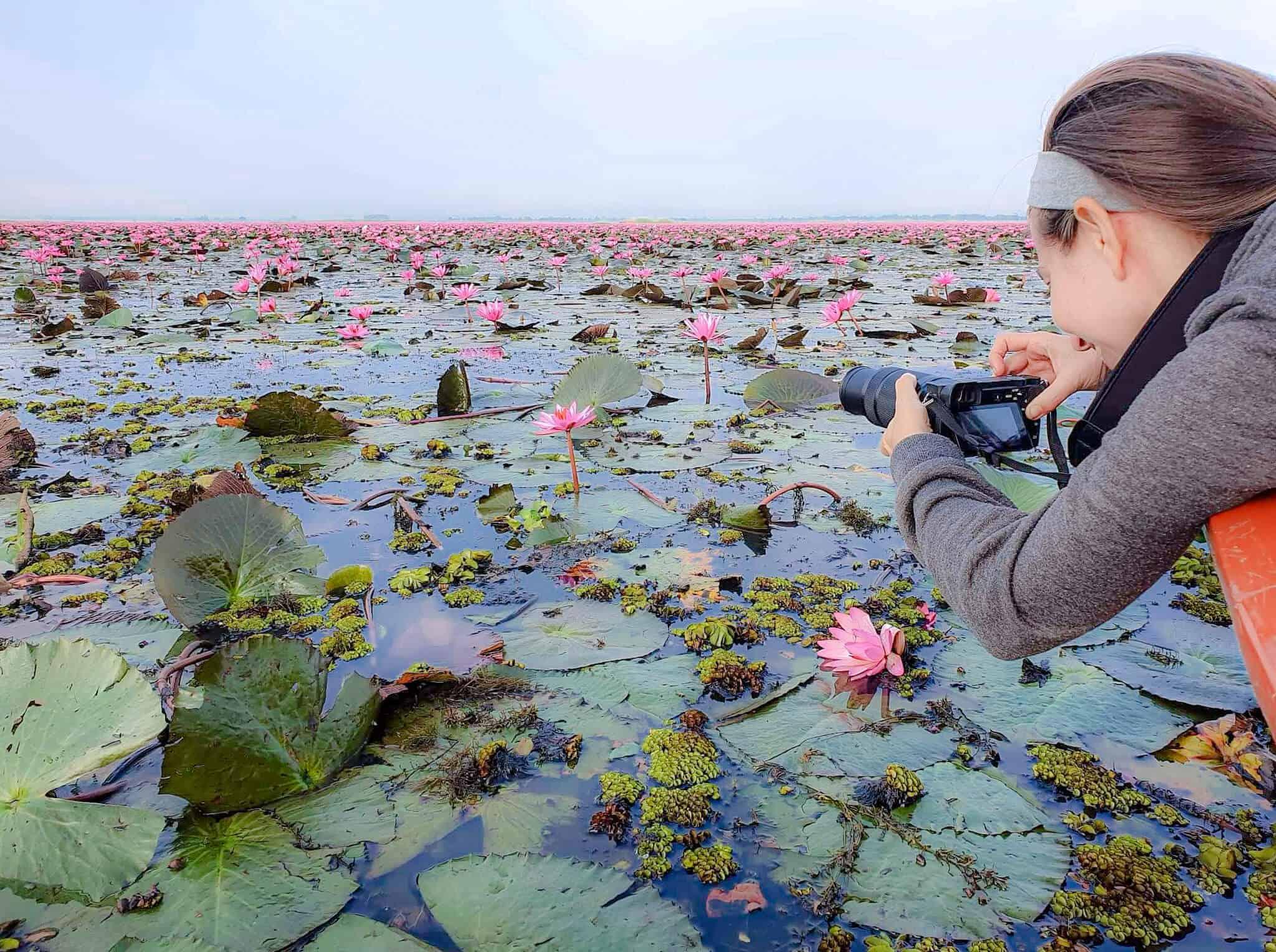 Barbara macht ein Foto von den Lotusblumen