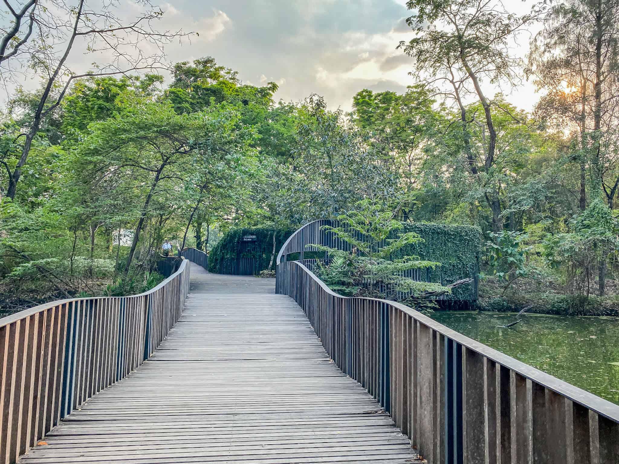 Wachirabenchathat Park Brücke zum Queen Sirikit Park