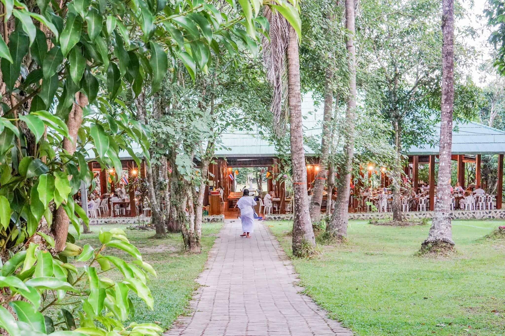 Die Dharma Hall von außen – Wat Pa Tam Wua Forest Monastery