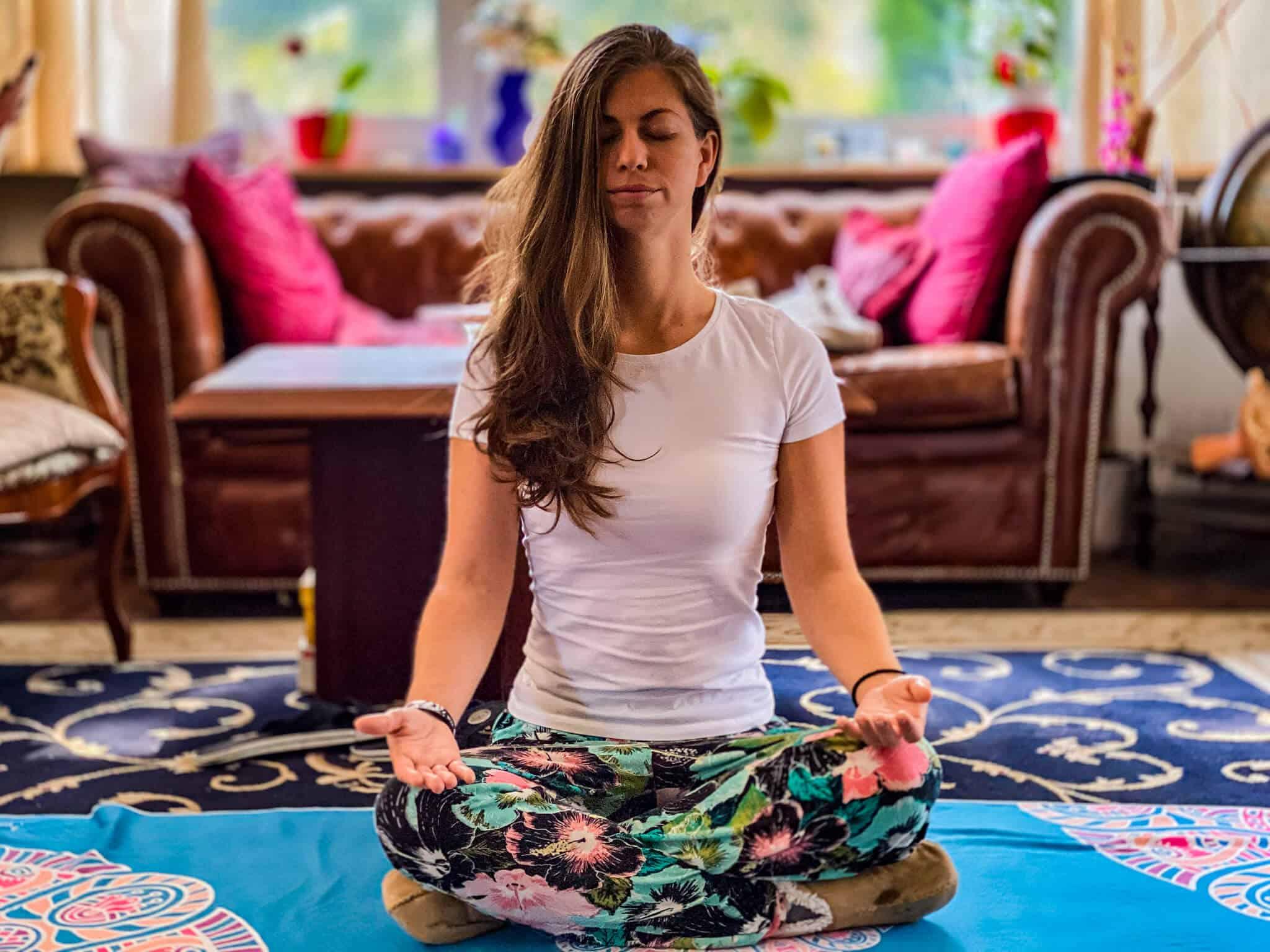 Barbara meditiert zuhause
