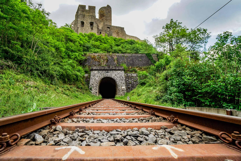 Gleise und Löwenburg im Hintergrund