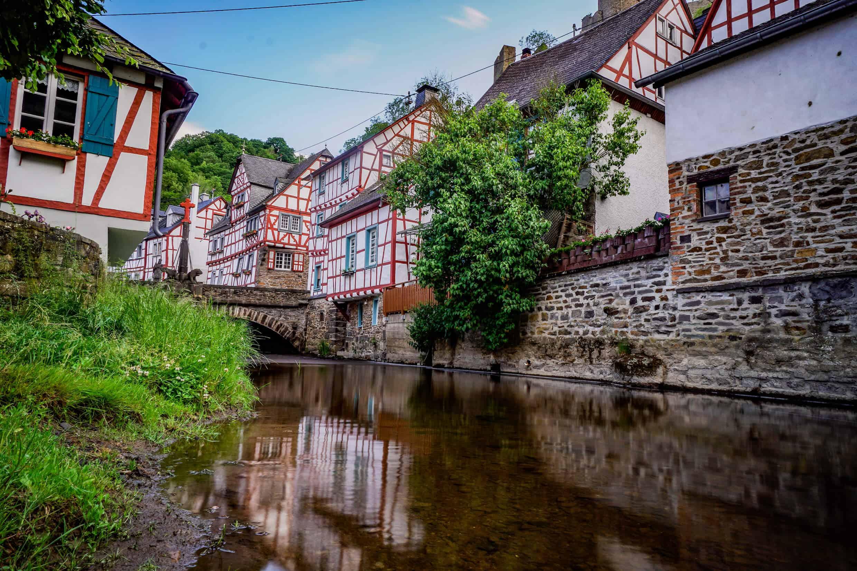 Monreal – Langzeitbelichtung vom Eltzbach Richtung alte Brücke
