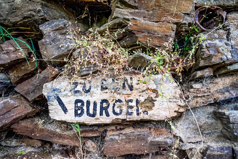 Zu den Burgen – Schild in Monreal