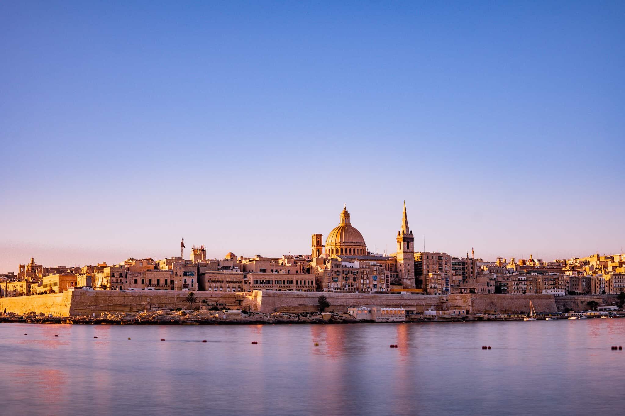 Valletta von Sliema im Sonnenaufgang