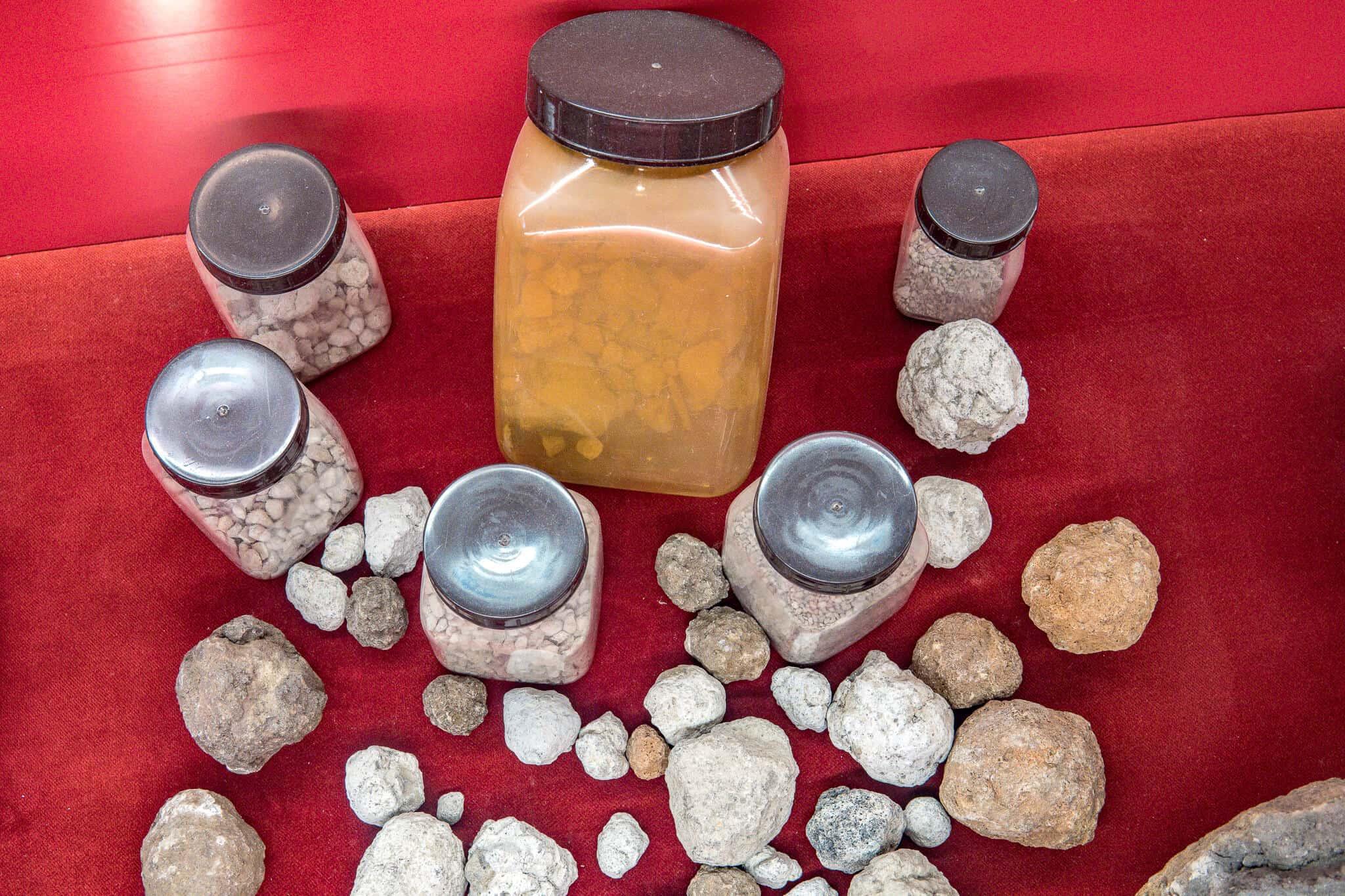 Im Informationszentrum der Grube Messel – Gesteine in der Grube Messel