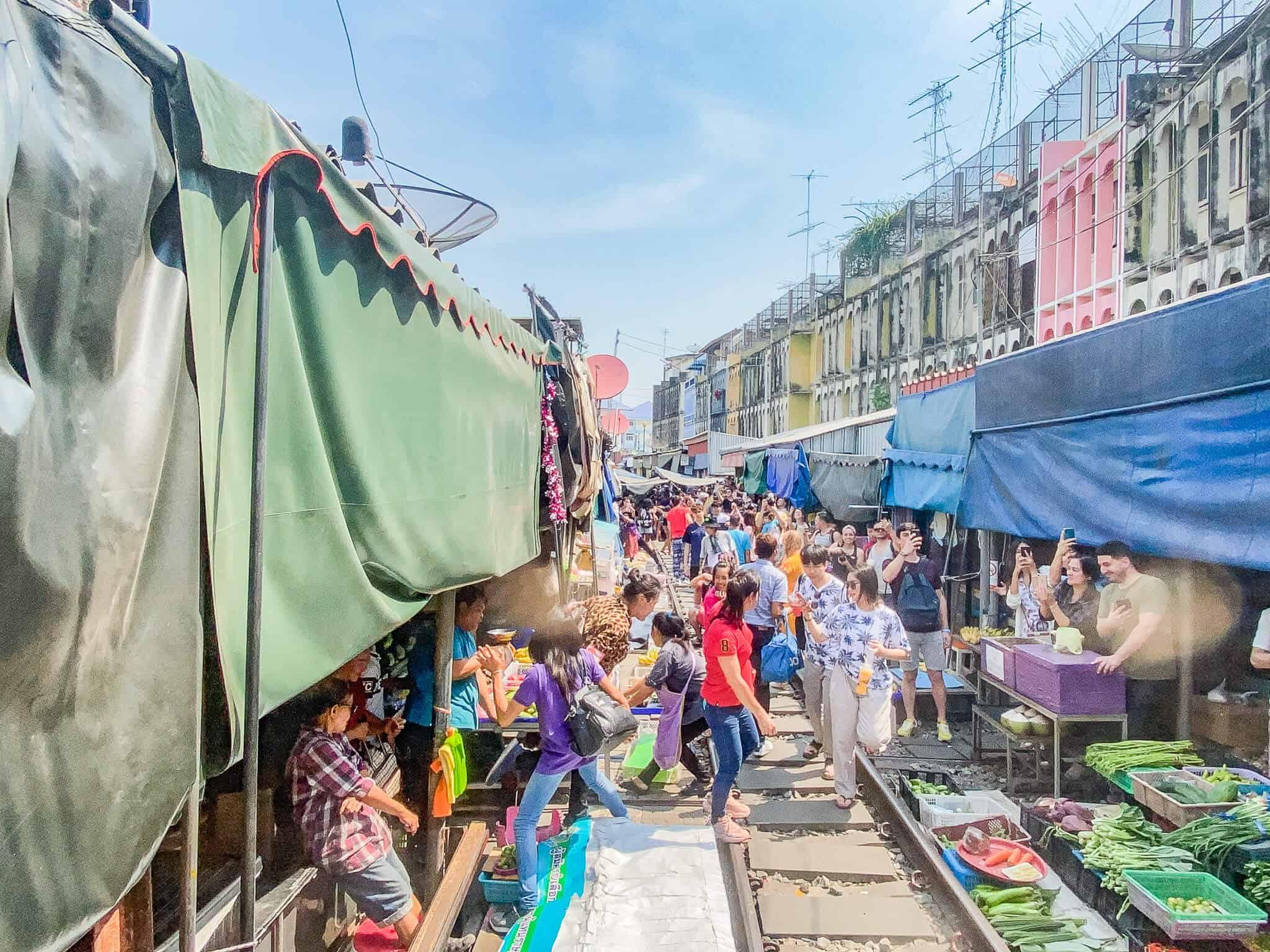 Mae Klong Railway Market aus dem Zug