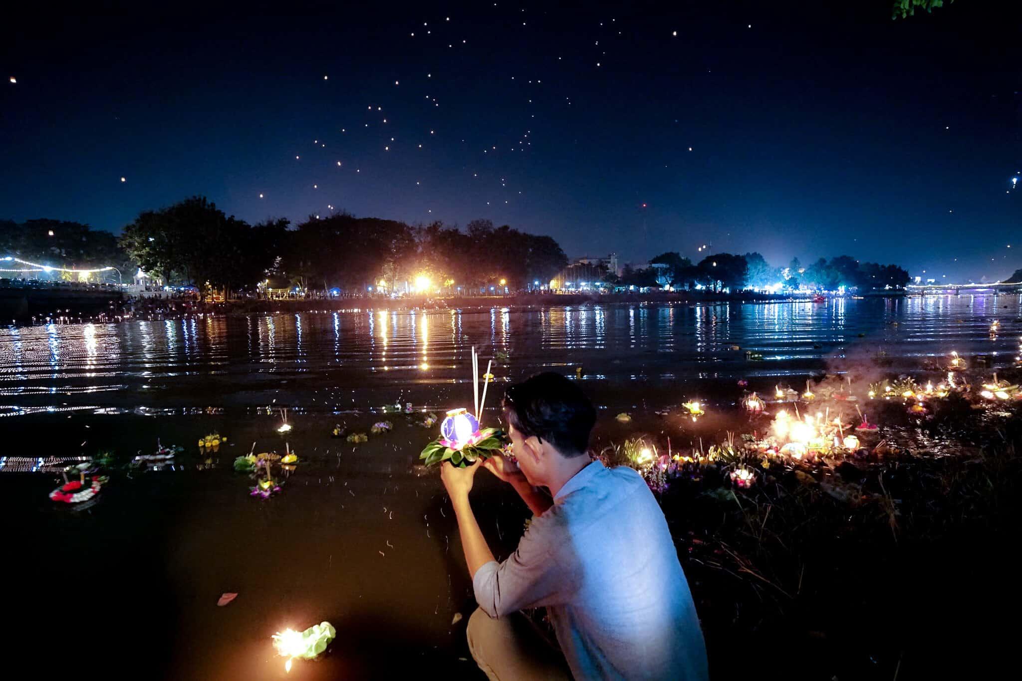 Thai am Ping River zu Loy Krathong