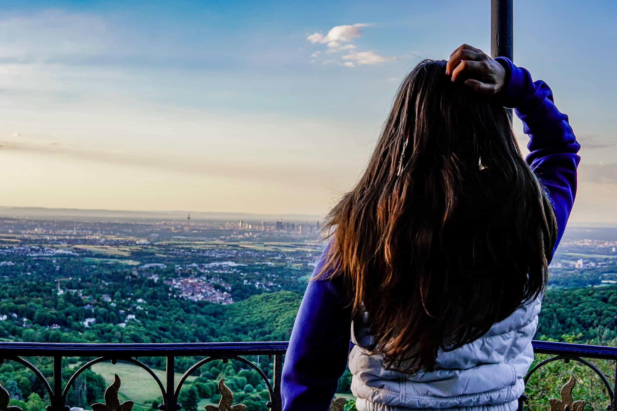 Barbara mit Skyline im Hintergrund