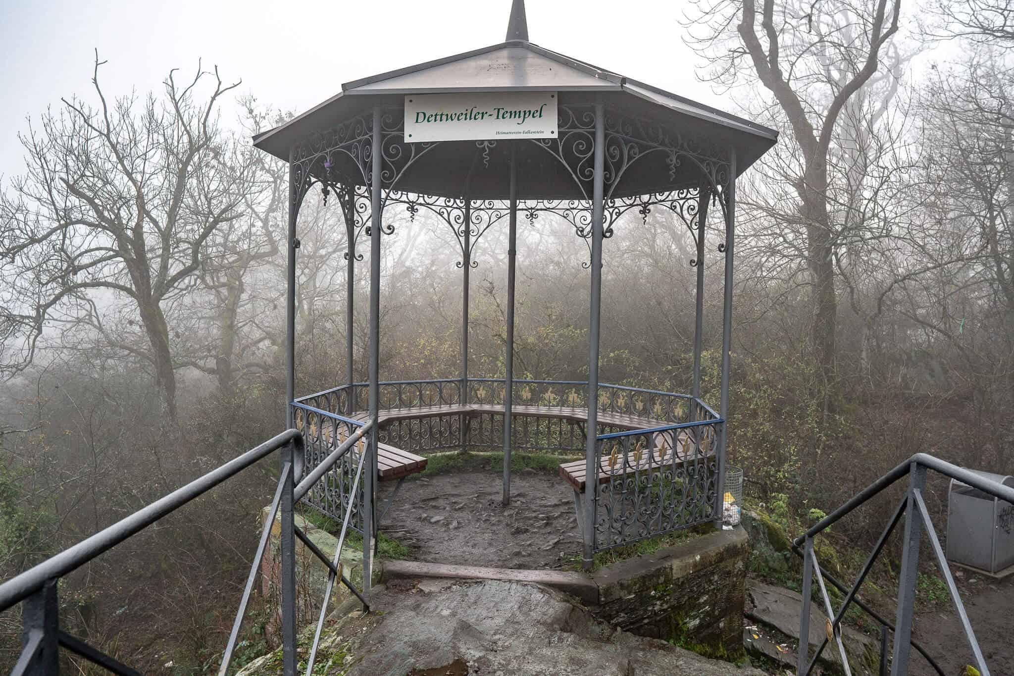 Dettweiler Tempel im Nebel