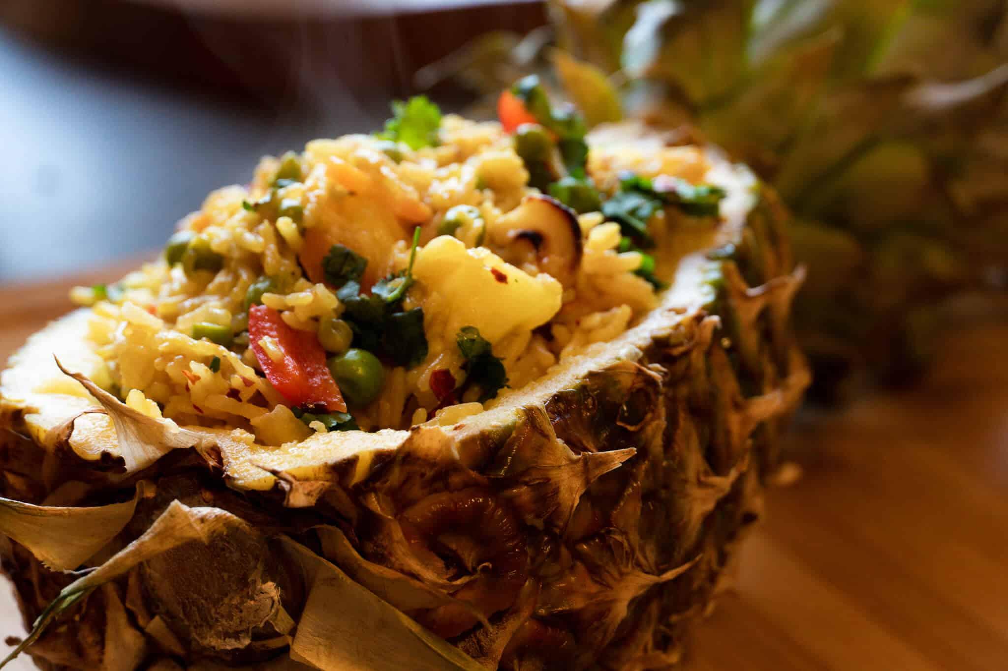 Fertiges Gericht gebratener Reis mit Ananas