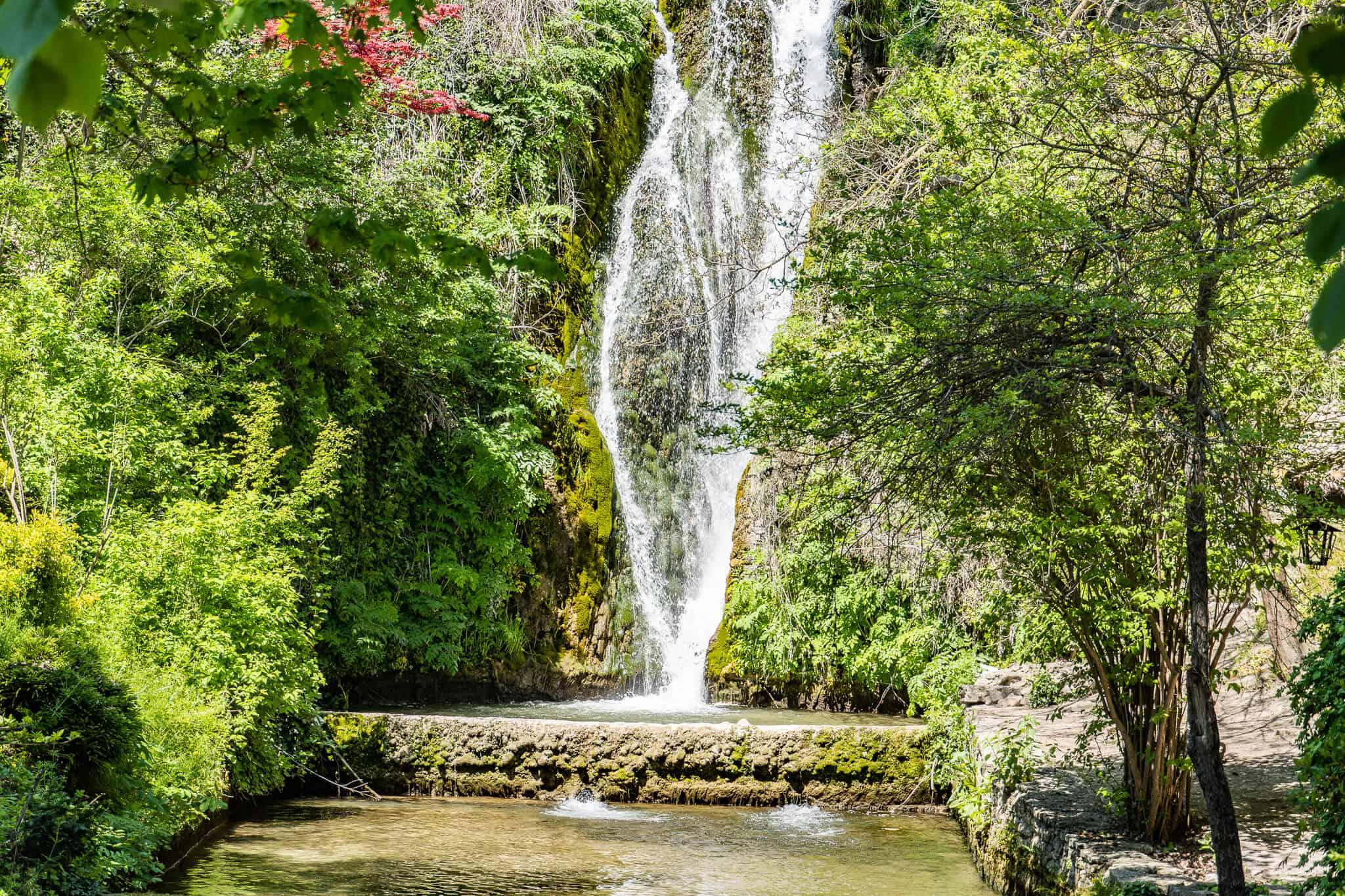 Wasserfall im botanischen Garten Balchik