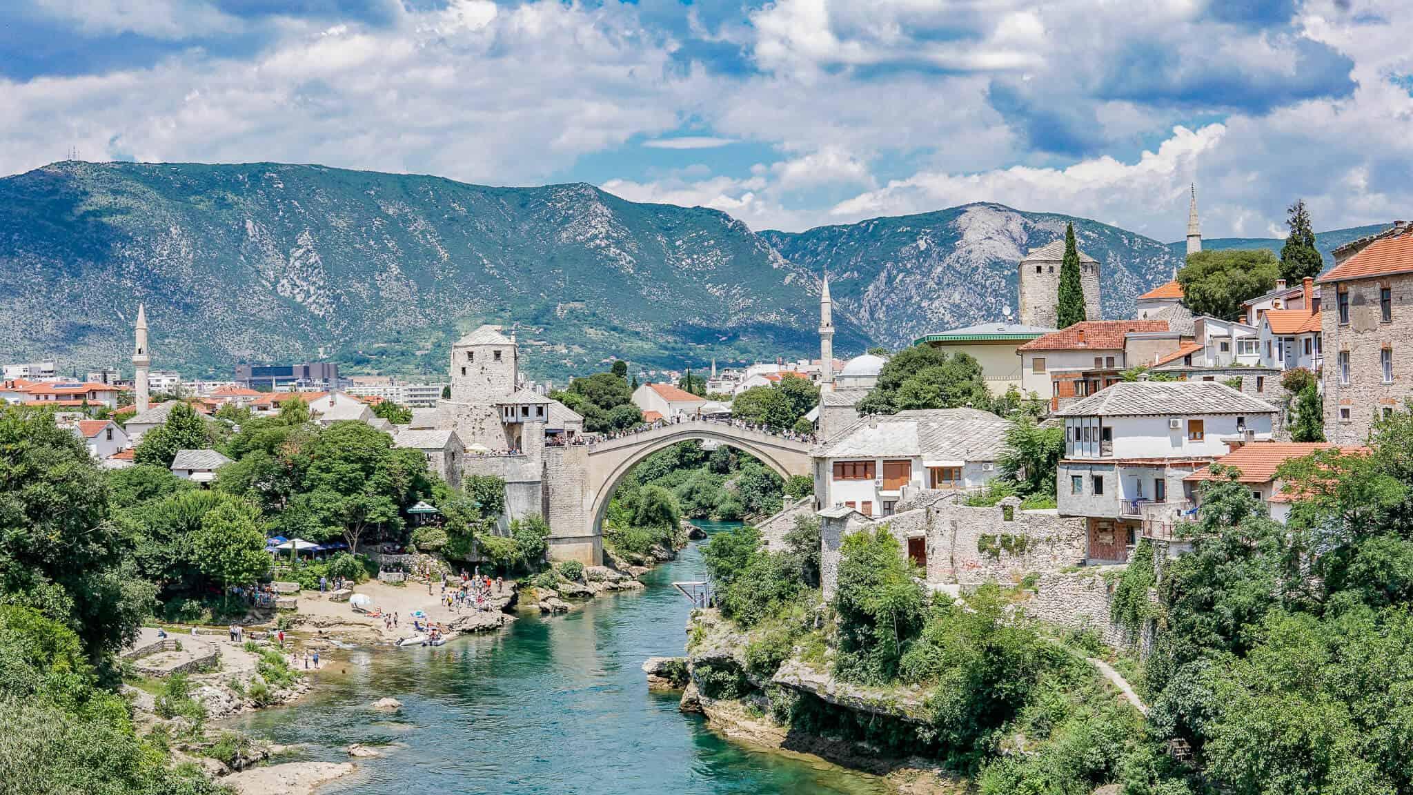 Blick auf die volle Stari Most Mostar