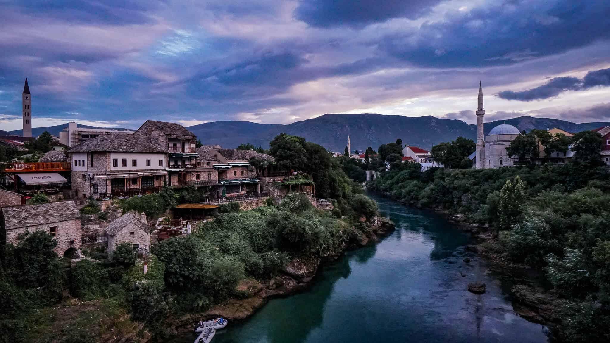 Blick über Neretva und Moschee Mostar