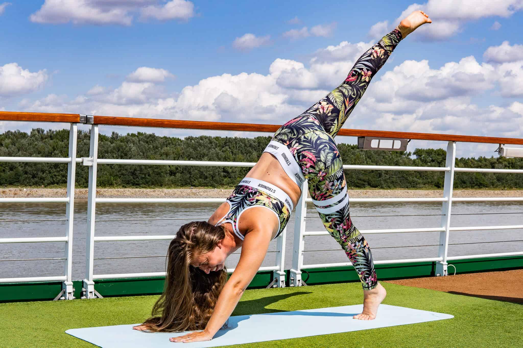 Barbara beim Morgen-Yoga auf der Donau-Kreuzfahrt mit der A-Rosa Riva